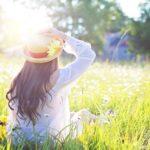 春の景色に女性がたたずむ