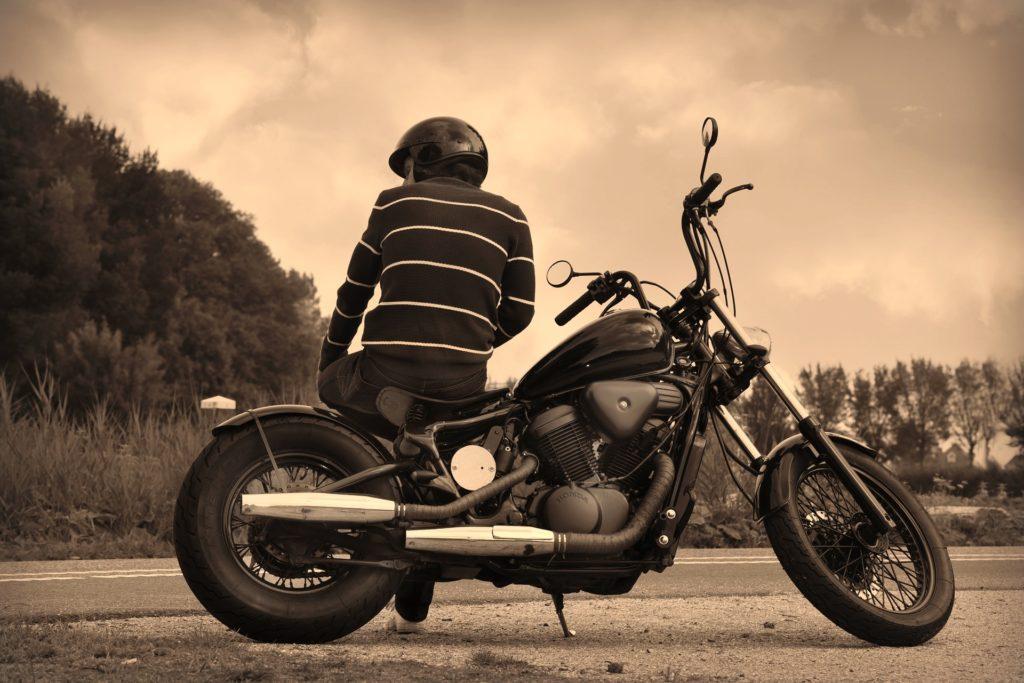 バイクとヘルメット装着男性画像