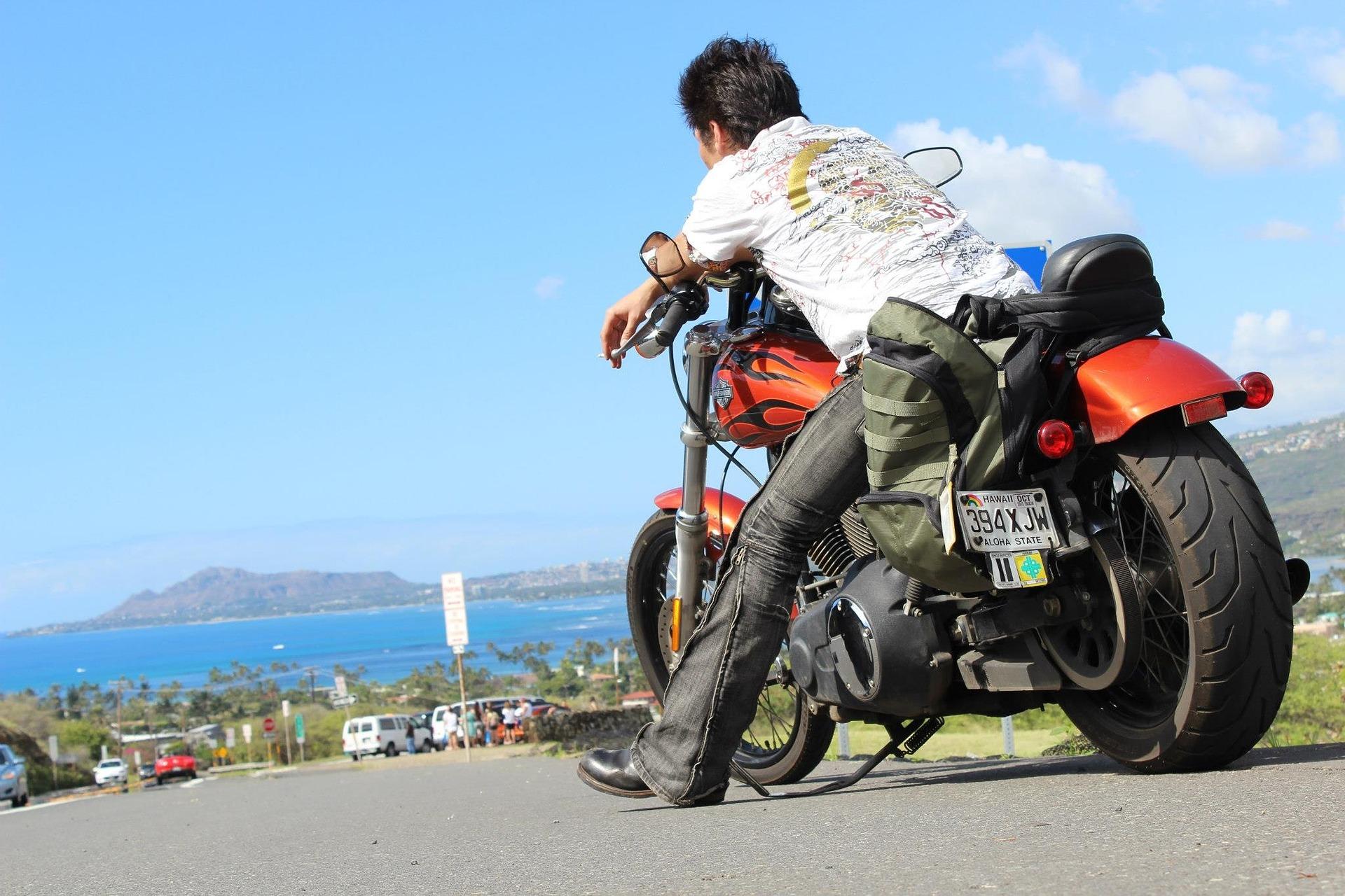バイクと男性 ツーリング